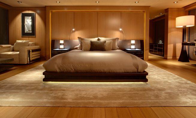 Удобная кровать для спальни с необычным матрасом