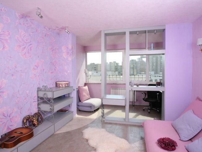 Детская комната, разделенная перегородкой с полками