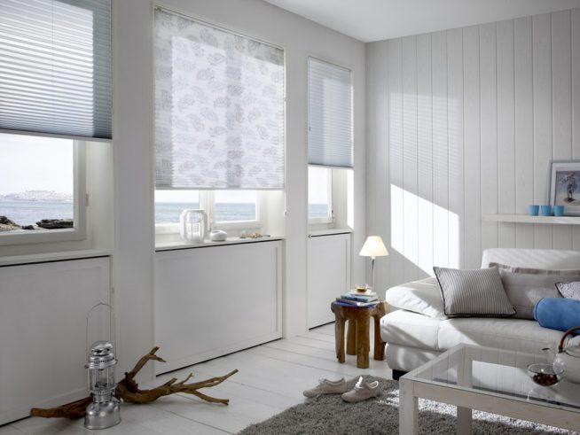 Белые жалюзи на окнах