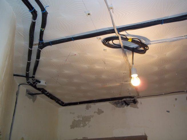 Пример потолочного крепления проводки