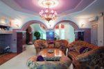 Зал с фиолетовым потолком