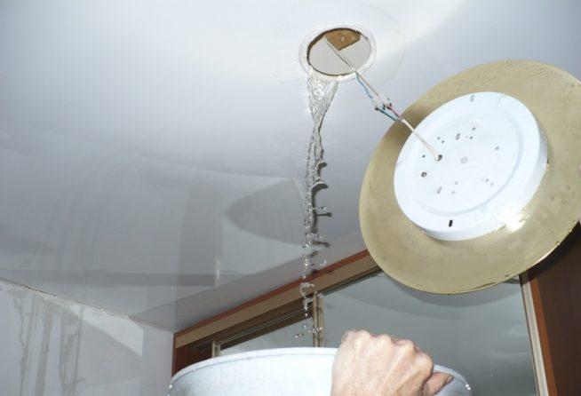 Вода под потолочной конструкцией