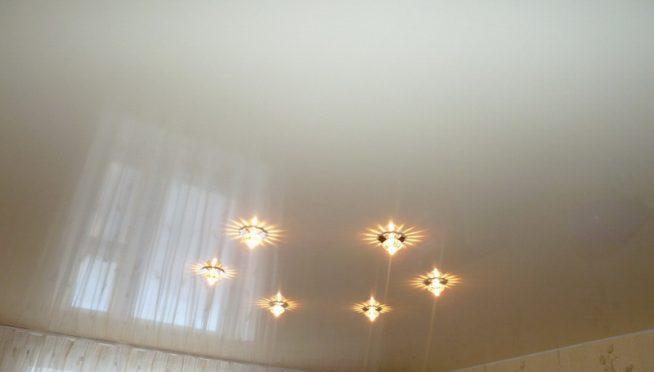 Точечные светильники в глянцевом потолке