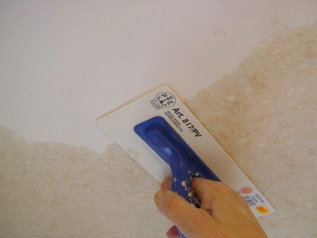 Затирка жидких обоев на потолке