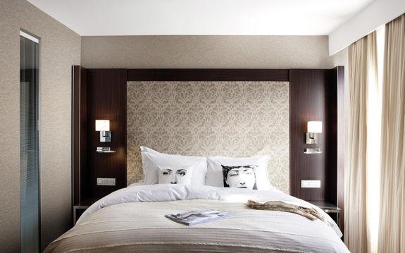 Кожа на стенах спальни