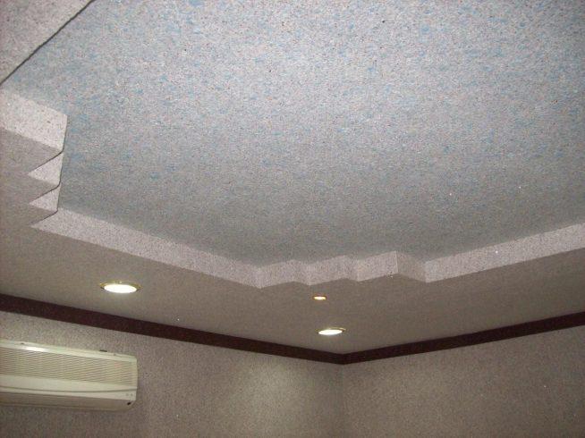 Пример сочетания жидких обоев и гипсокартона на потолке