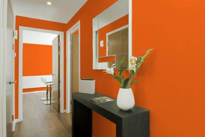 Оранжевые обои в прихожей