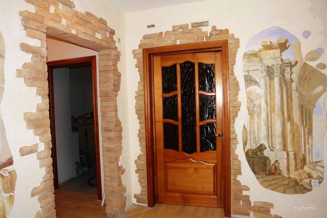 Дверные проёмы, отделанные декоративным камнем