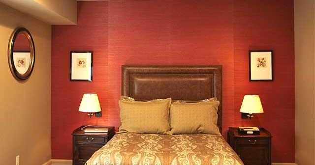 Зона отдыха в спальне: комбинация светлых и тёмных тонов
