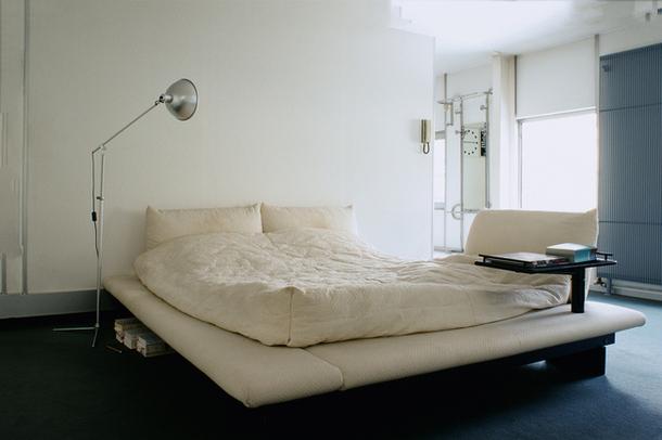 Напольный светильник в спальне лофт
