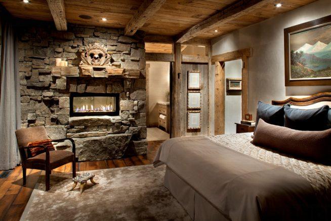 Каменный камин в альпийской спальне