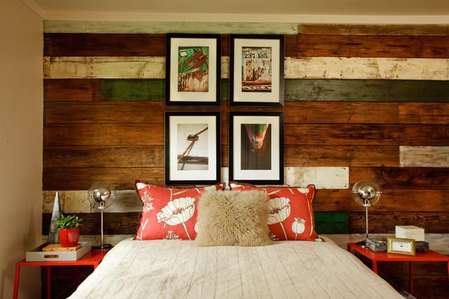 Яркие контрастные детали в оформлении спальни-шале