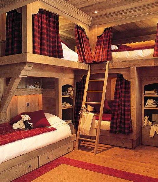 Оформление спальни-шале в насыщенных оттенках