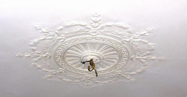 лепнина на потолке под старину