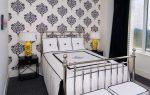 Спальня с чёрно-белыми обоями