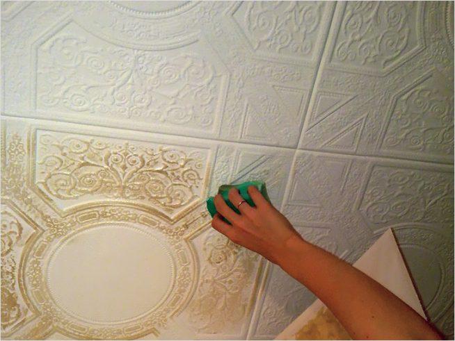 Окрашивание потолочной плитки из пенопласта
