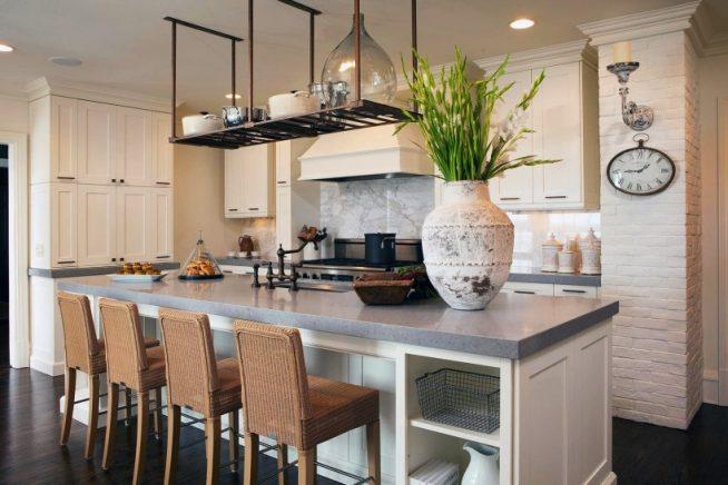 Кухня с подвесной рейлинговой системой над зоной готовки
