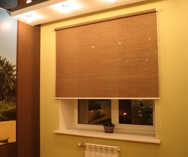 Классическая открытая рулонная штора с креплением на стену