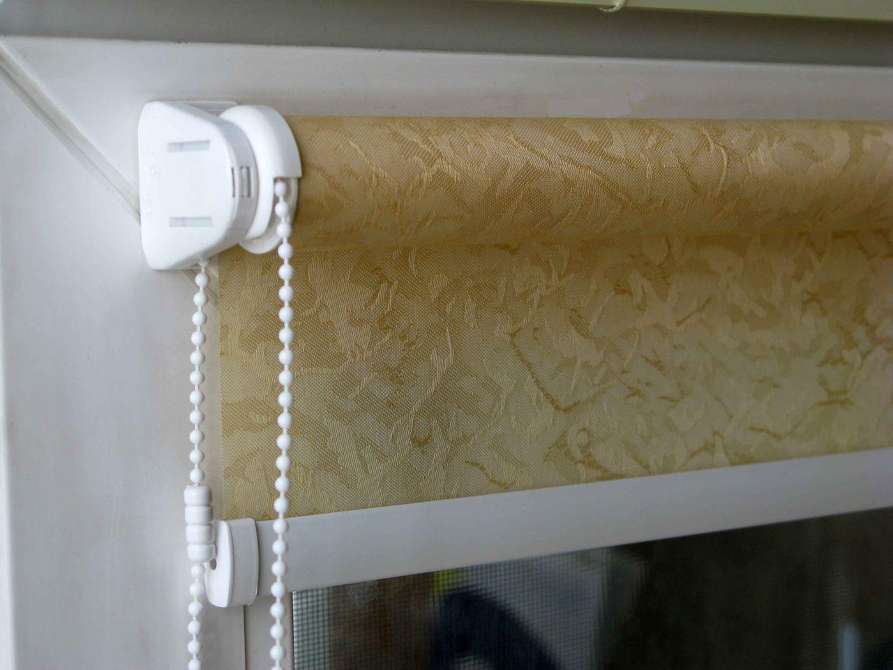 Крепление рулонной шторы на пластиковые окно