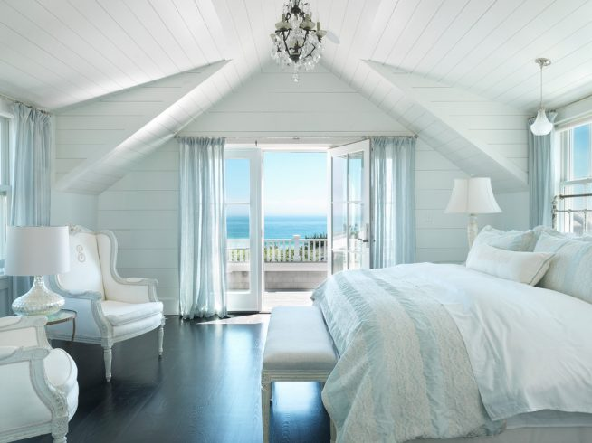 Голубой и белый в спальне