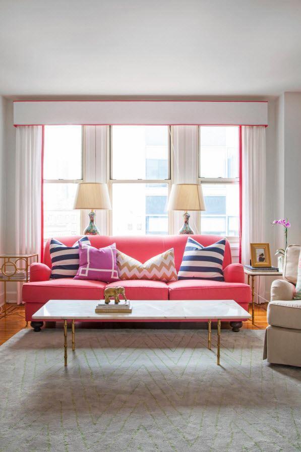 Жёсткий ламбрекен с окантовкой малинового цвета в тон мебели гостиной