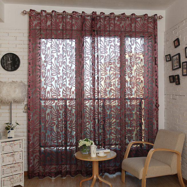 Органза с цветочным принтом в интерьере гостиной
