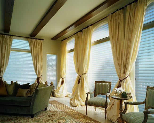 Бежевые шторы из тафты в сочетании с жалюзи