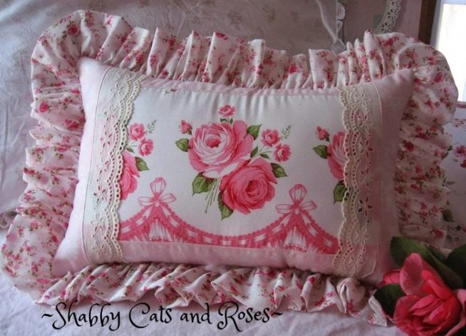 Подушка, сшитая в стиле шебби-шик