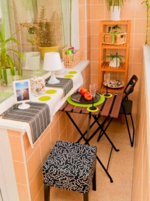Раскладные стулья и стул на балконе