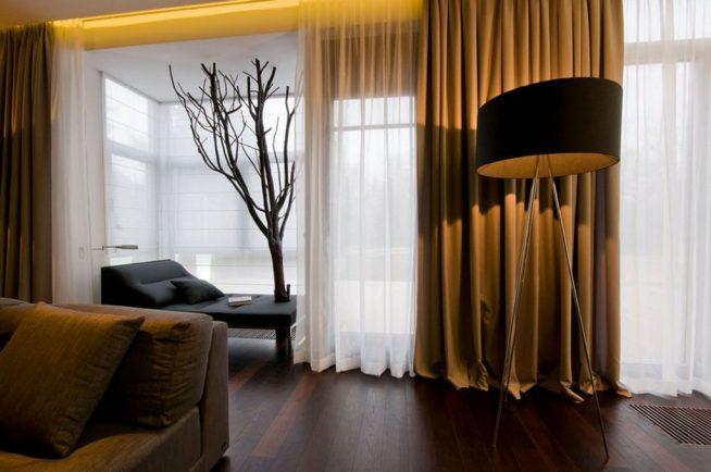 Комплект из портьер и тонких штор в гостиной