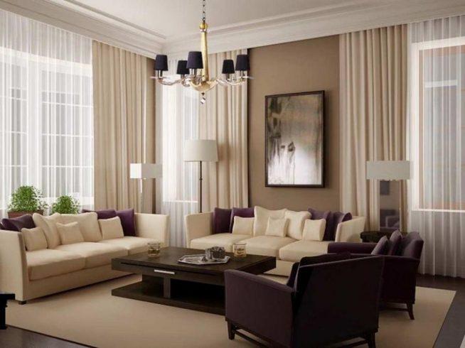 Прямые шторы в гостиной, оформленной в бежевых и фиолетовых тонах