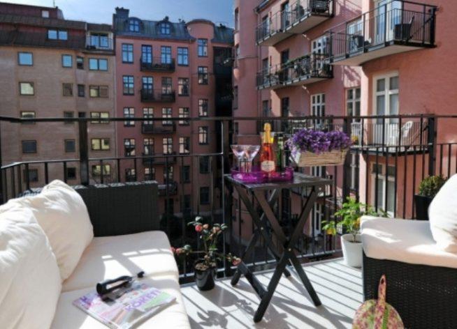 Складной столик на открытом балконе