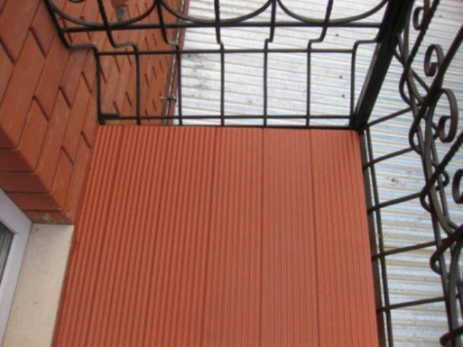 Террасный декинг на полу открытого балкона