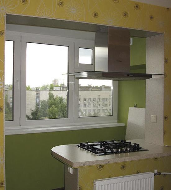 Варочная поверхность помещена на стене, соединяющей балкон и кухню