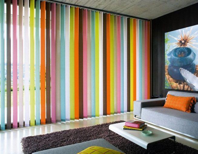 Вертикальные жалюзи яркого цвета в интерьере гостиной
