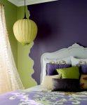 Салатовый, жёлтый и тёмно-сливовый оттенок в спальне