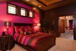 Шоколадно-малиновая спальня
