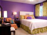 Сочетание пурпурного и горчичного в спальне