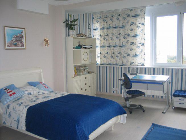 Короткие шторы для спальни в тон интерьеру