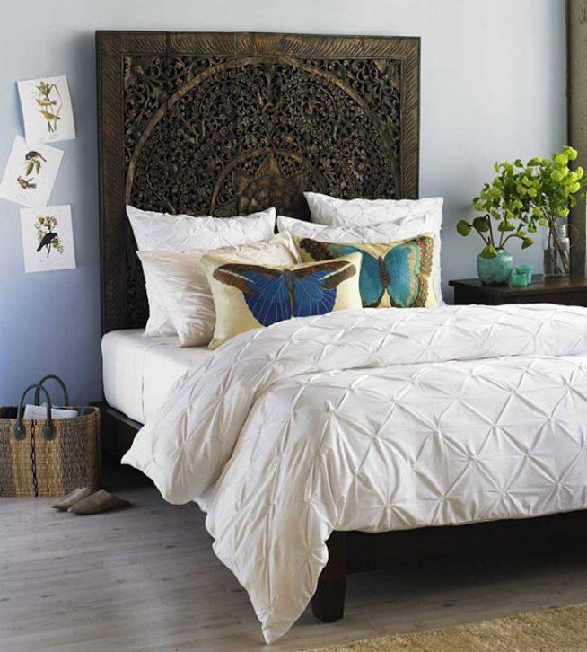 Кровать с резным изголовьем коричневого цвета