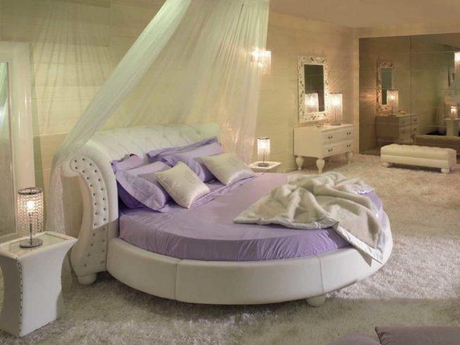 Круглая кровать с балдахином и прикроватными тумбочками