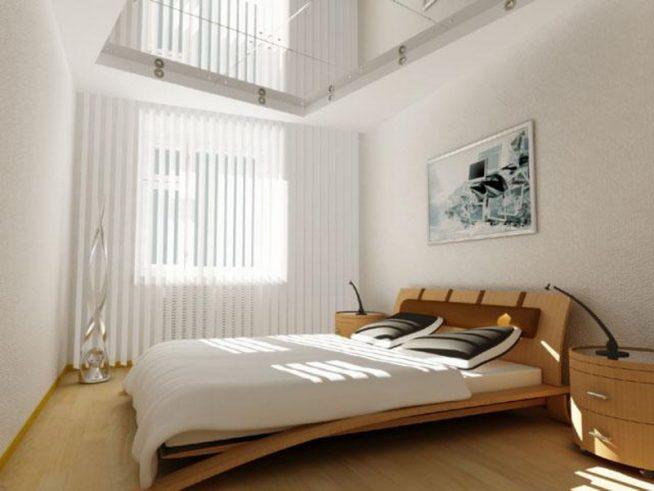 Маленькая спальня с глянцевым натяжным потолком