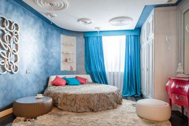 Спальня неправильной формы с угловым расположением кровати