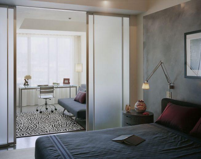 Спальня с отдельной рабочей зоной