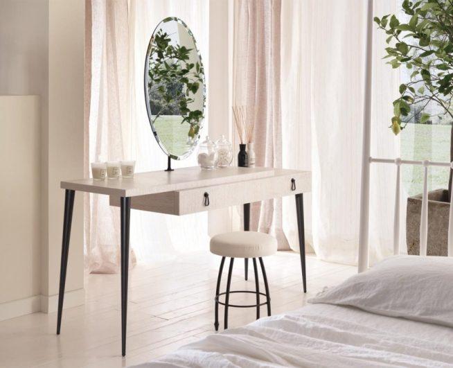 Туалетный столик простой формы на ножках контрастного цвета