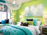 Зелёная спальня с контрастным текстилем