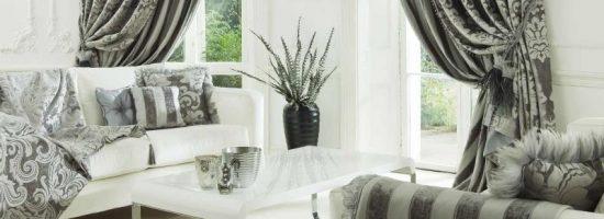 Гостиная в серо-белых тонах с портьерами