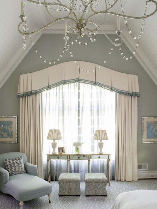 Спальня в серо-голубых тонах с широким ламбрекеном