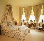 Текстиль с мелким цветочным рисунком в интерьере спальни