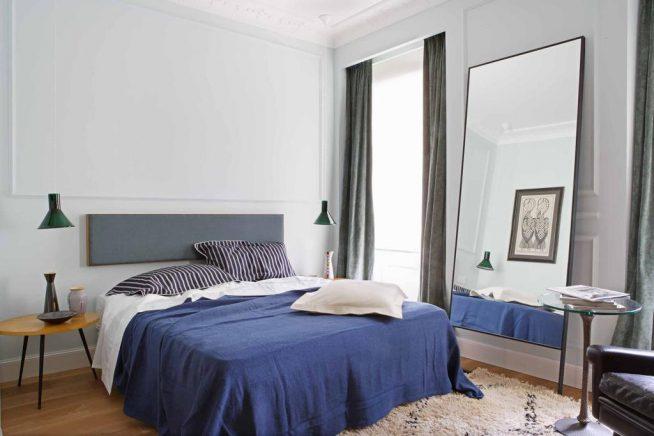 Серо-голубая спальня с ярким акцентом